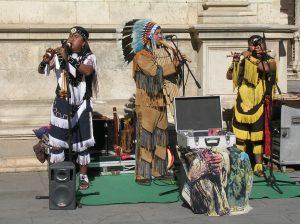 Indios Norteamericanos tocando música Andina