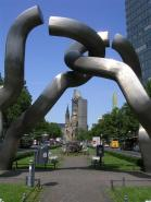 Foto de Berlín - Alemania / Monumento a Berlín en Tauentzienstrase. Al fondo Kaiser-Wilhelm Gedächtnis-Kirche