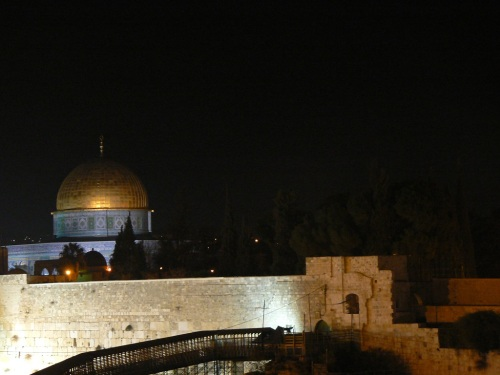 Foto nocturna de la Cúpula de la Roca (o Mezquita de la Roca) de Jerusalem – Israel