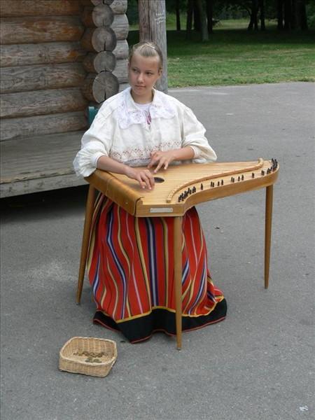 Foto de joven estonia tocando la cítara. Foto por martin_javier