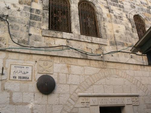 Fotos de la Vía Dolorosa – Vía Crucis: Quinta Estación: Simón el Cirineo ayuda a Jesús a llevar la cruz. Jerusalem – Israel. Foto por martin_javier
