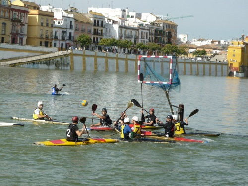 Fotos de un partido de kayak polo en el Guadalquivir - Sevilla. Foto por martin_javier