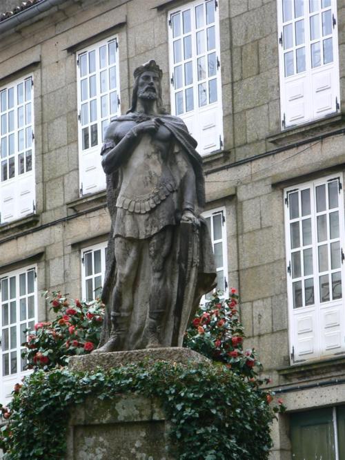 Fotos de la estatua de Alfonso II  el Casto en Santiago de Compostela - España . Foto por martin_javier