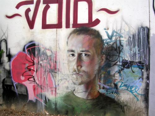 Grafitis - Paseo Rey Juan Carlos I (entre puente de la Barqueta y Pasarela de la Cartuja) – Sevilla. Foto por martin_javier