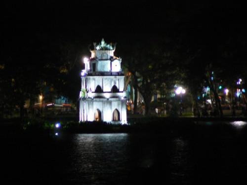 Foto nocturna de Thap Rua – Torre de la tortuga de Hanoi – Vietnam. foto por martin_javier