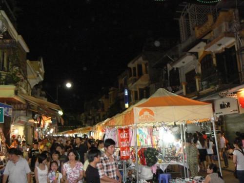 Foto nocturna del Mercado Dong Xuan de Hanoi – Vietnam. Foto por martin_javier