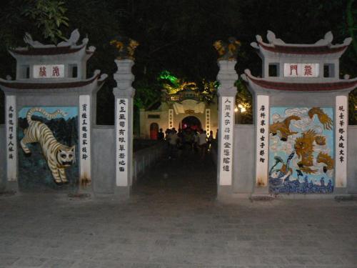 Fotos nocturna de la entrada al Templo Ngoc Son - Hanoi - Vietnam. Foto por martin_javier
