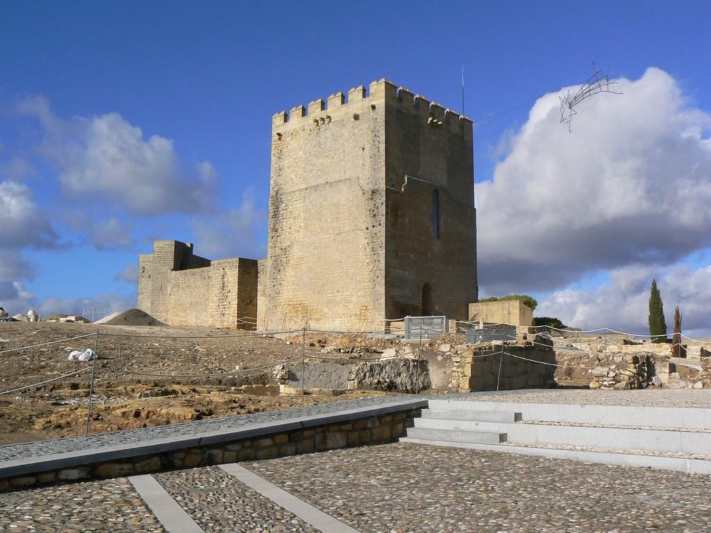 Fotos de la torre del homenaje de alcal la real ja n for Piscina cubierta alcala la real