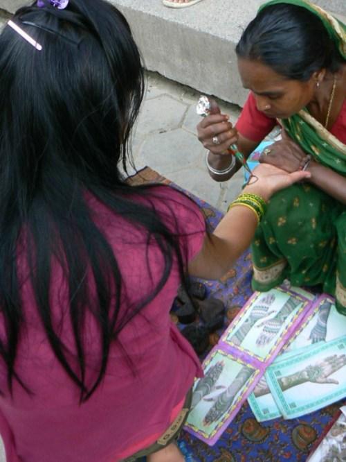 Foto de mujer haciendo tatuaje con henna o jena en Bouddhabath - Valle de Katmandú - Nepal. Foto por martin_javier