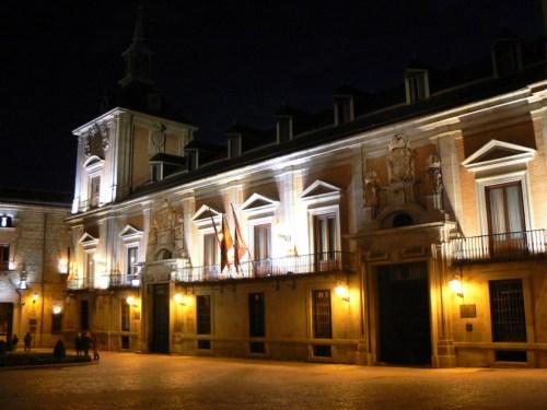Foto nocturna de la Casa de la Villa de Madrid - España. Foto por martin_javier
